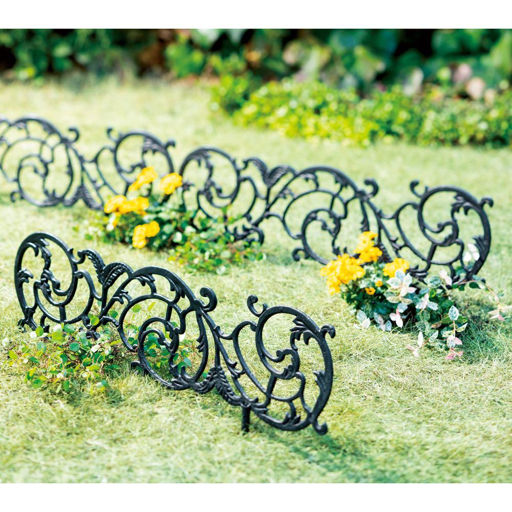 キャストアイアンローフェンス3枚組 鉄鋳物の重厚な質感とアラベスク調の優美なデザインで、ガーデンの飾りや仕切りにも。