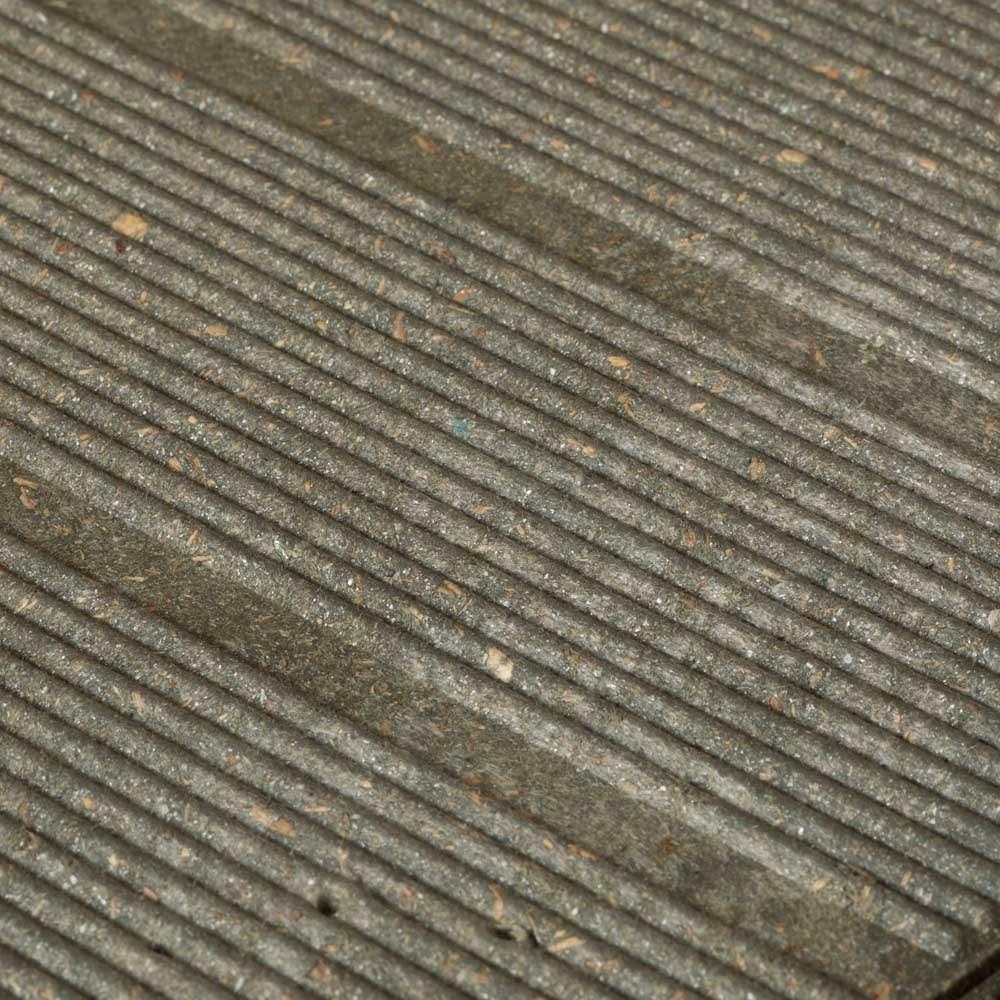イタリア製物置 片屋根 充電式電動ドライバー付き 内部の床材はナチュラルな質感で頑丈な人工木材。