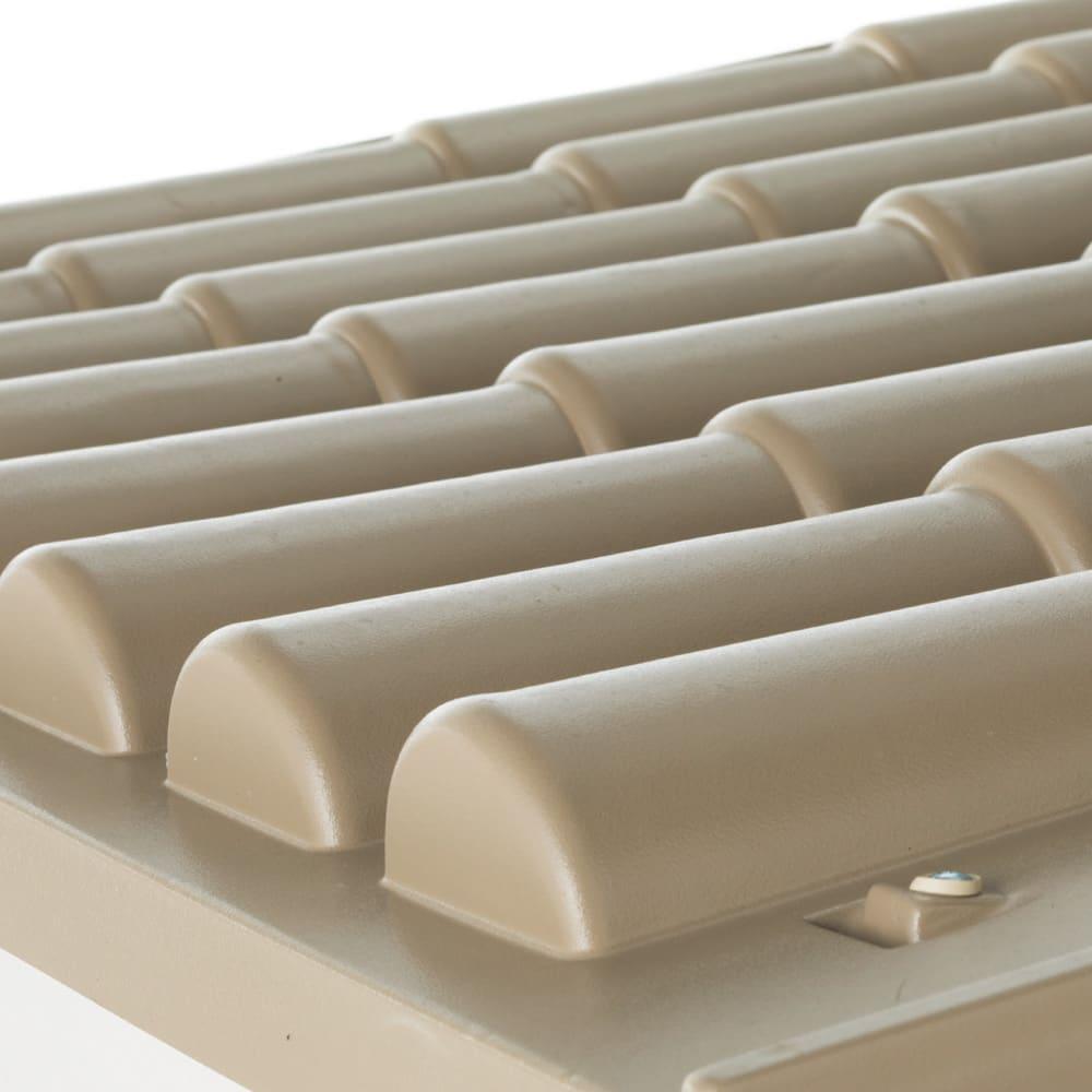 イタリア製物置 片屋根 充電式電動ドライバー付き 屋根は表情豊かな山小屋風。