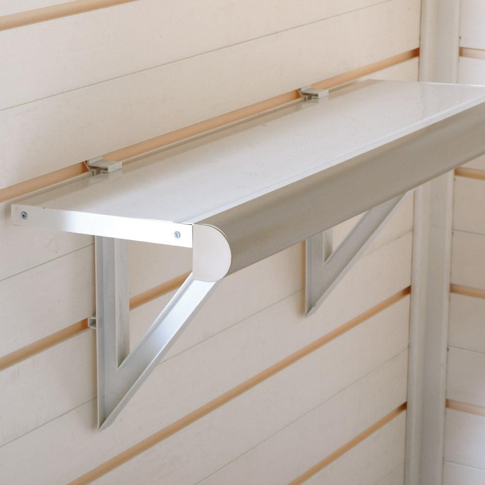 イタリア製物置 片屋根 充電式電動ドライバー付き 棚板(2枚付属)は本体の溝に合わせて高さを移動できます。