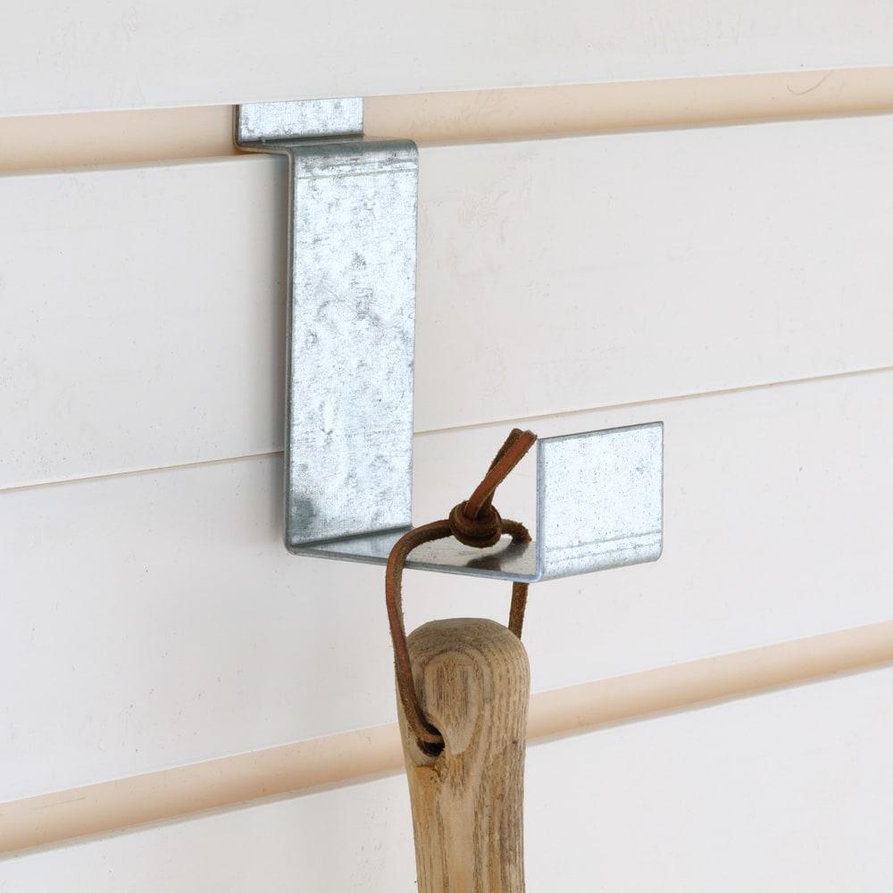 イタリア製物置 片屋根 充電式電動ドライバー付き ツールを掛けて収納できるフック2個付き。本体の溝に合わせて高さを移動できます。