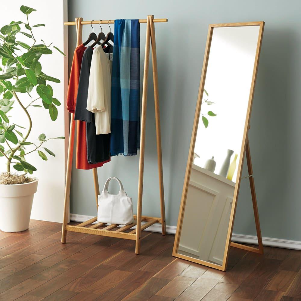 Incery(インサリー) 天然木製 スリムミラー 幅32cm ナチュラル 写真は同シリーズのハンガーラックとミラー幅44cmとのコーディネート例。コンパクトでナチュラルなワードローブ空間を手軽に作れます。
