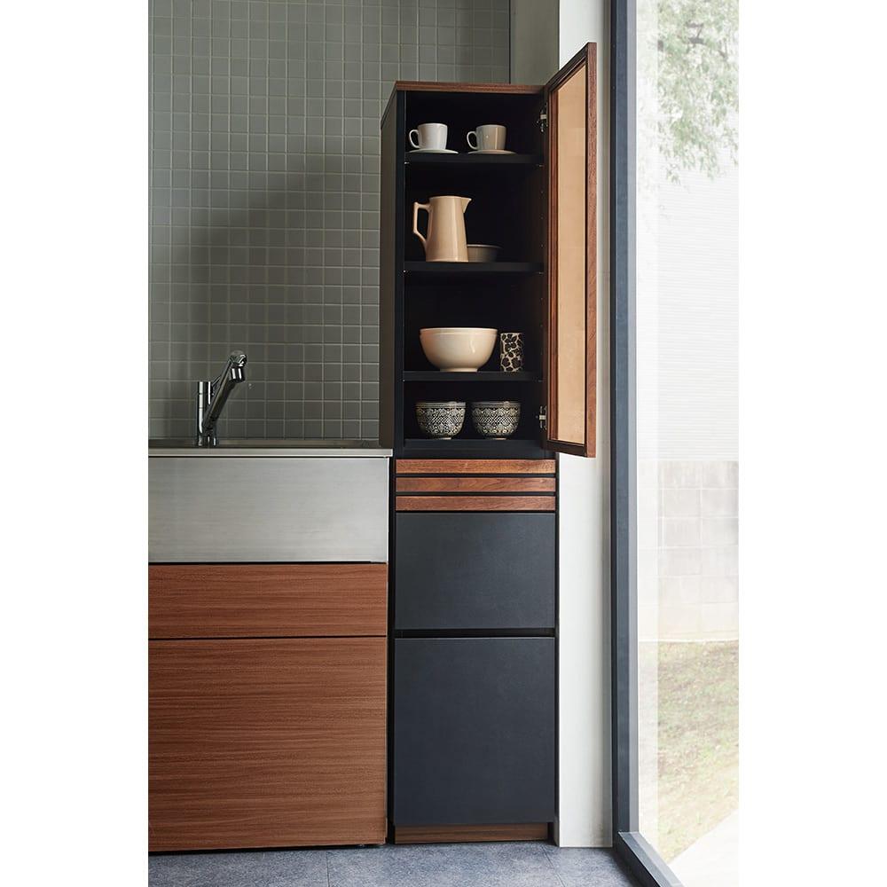AlusStyle/アルススタイル 隙間収納 ハイタイプ(高さ164.5cm)幅45cm [使用イメージ]引き出しもたっぷりで、追加の収納スペースとしてはもちろん、少人数のおうちならメインの食器棚として。