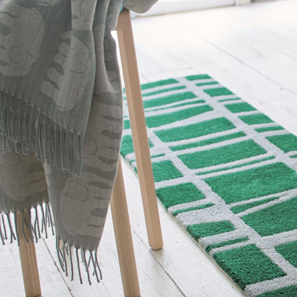 Finlayson/フィンレイソン エレファンティひざ掛け 使用例 (ア)グレー さっと椅子にかけるだけで、お部屋が北欧風に。