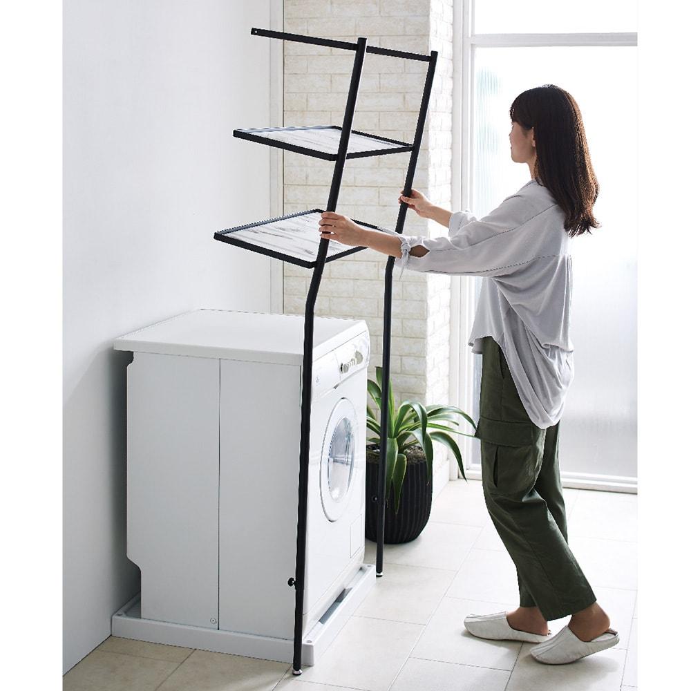 Galliard/ガリアード 立て掛けランドリーラック 棚3段 軽くて女性でもラクに持てるから、洗濯機を動かさずに設置できます。