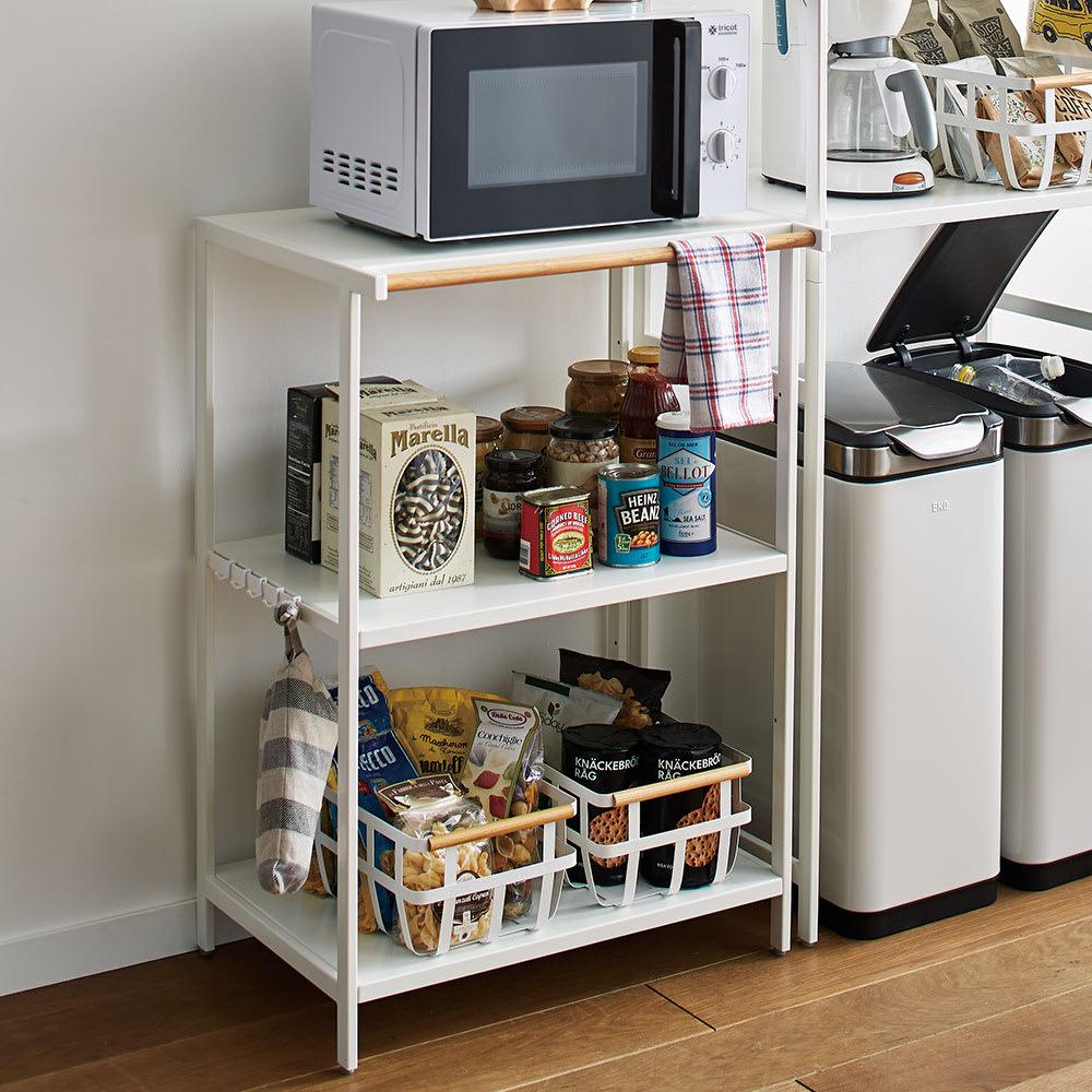 Tower/タワー キッチンラックシリーズ キッチンラック 3段 (ア)ホワイト ワンポイントであしらった木製バーが優しい雰囲気を添えました。