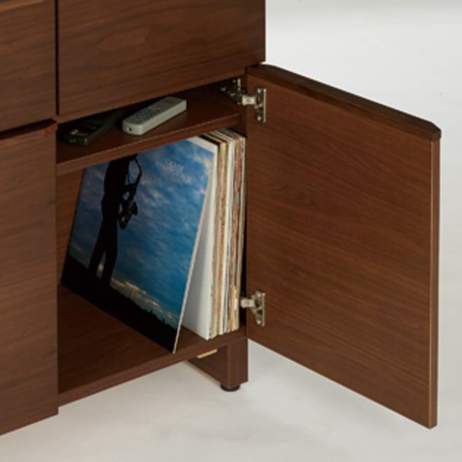 AV ソフト収納キャビネット ウォルナット 2枚扉 引き出し2杯 幅79.5cm 扉内1ブロックにCD約144枚(上下2段×前後2列)、DVD約96枚(上下2段×前後2列)。※写真はタモタイプです。