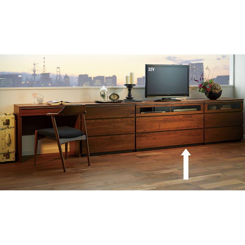 Nyhavn(ニューハウン) ウォルナットベッドサイド収納 ミドルAVチェストテレビボード 幅120奥行45高さ70cm 同シリーズのデスク、チェスト等とのホテルスタイルのコーディネート例。