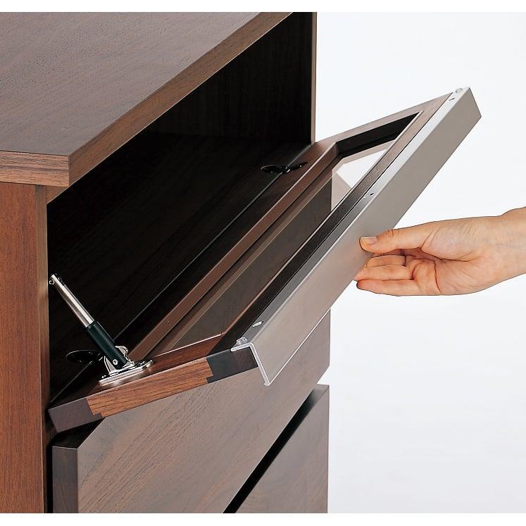 Nyhavn(ニューハウン) ウォルナットベッドサイド収納 ミドルAVチェストテレビボード 幅120奥行45高さ70cm デッキ収納部のブロンズガラス扉はフラップ式で開閉。ホコリの侵入を防ぎます。
