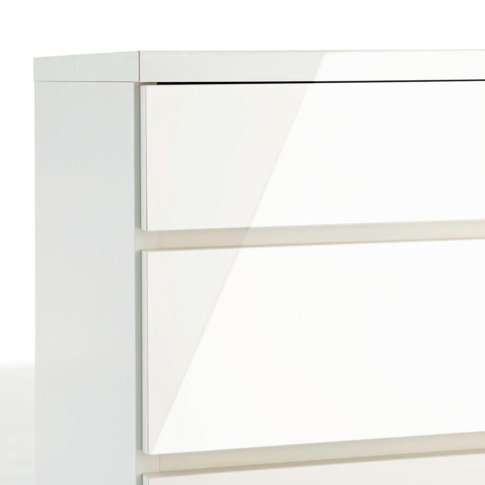 クローゼットチェスト(隠しキャスター付き) 幅90cm・3段 前面には光沢感があり、キズにも強い艶ポリ化粧合板を使用しています。