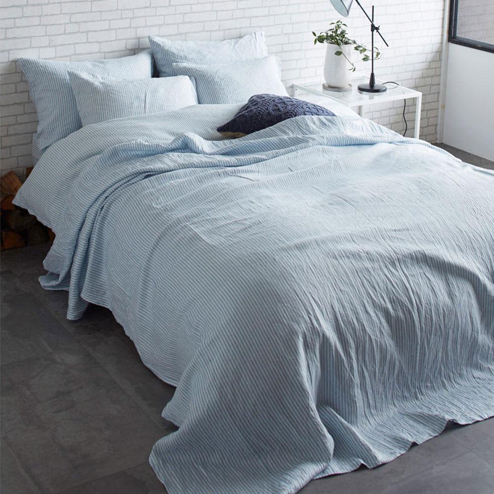 French Linen/フレンチリネン ヘリンボーン織カバーリング マルチカバー [コーディネート例](イ)ライトブルー ※お届けはマルチカバーです。※実際の色よりも暗く写っています。