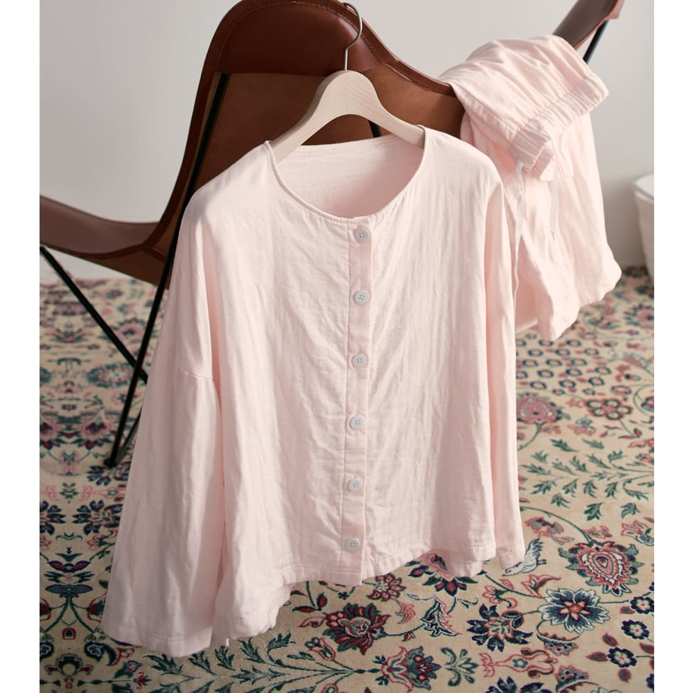 とろける三重ガーゼパジャマ ピンクホワイト  カバーリングと共生地を使用した、とろけるようなやさしい肌触りのパジャマです。しめ付け感の少ない縫製と、優れた吸水・吸放湿性で快適な睡眠をサポートします。