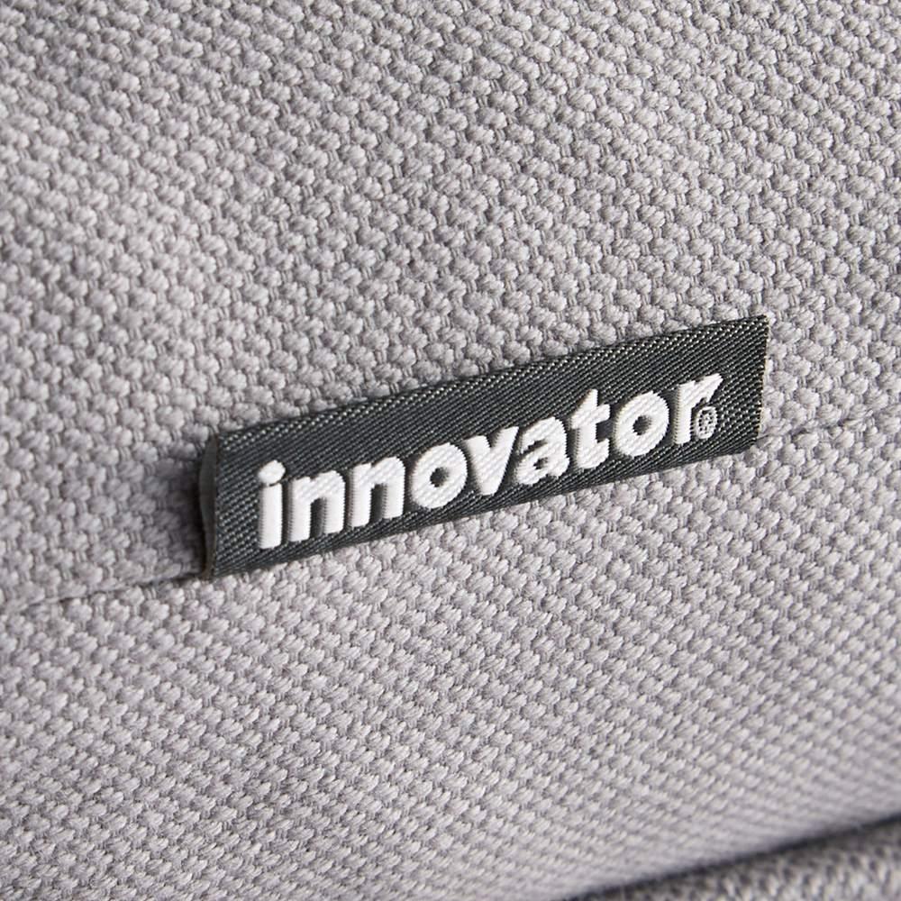 innovator/イノベーター キャプテンチェア2019 NEWモデル グレーフレーム クッションにロゴを織り込んだタグを縫い付けています。ロゴの入ったブラックのタグがアクセントに。