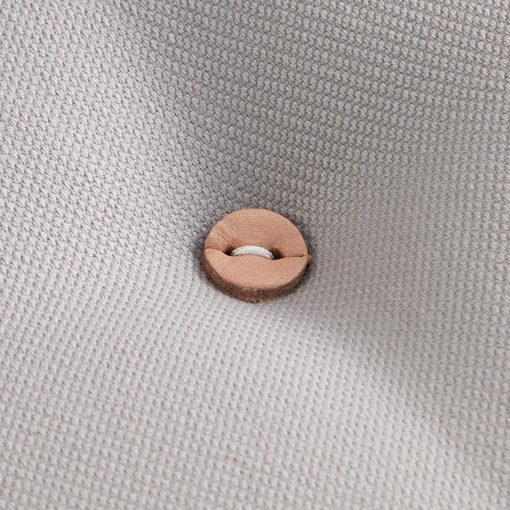 innovator/イノベーター キャプテンチェア2019 NEWモデル グレーフレーム 船長が着るコートをイメージした本革のボタン。ナチュラルカラーで自然なイメージです。