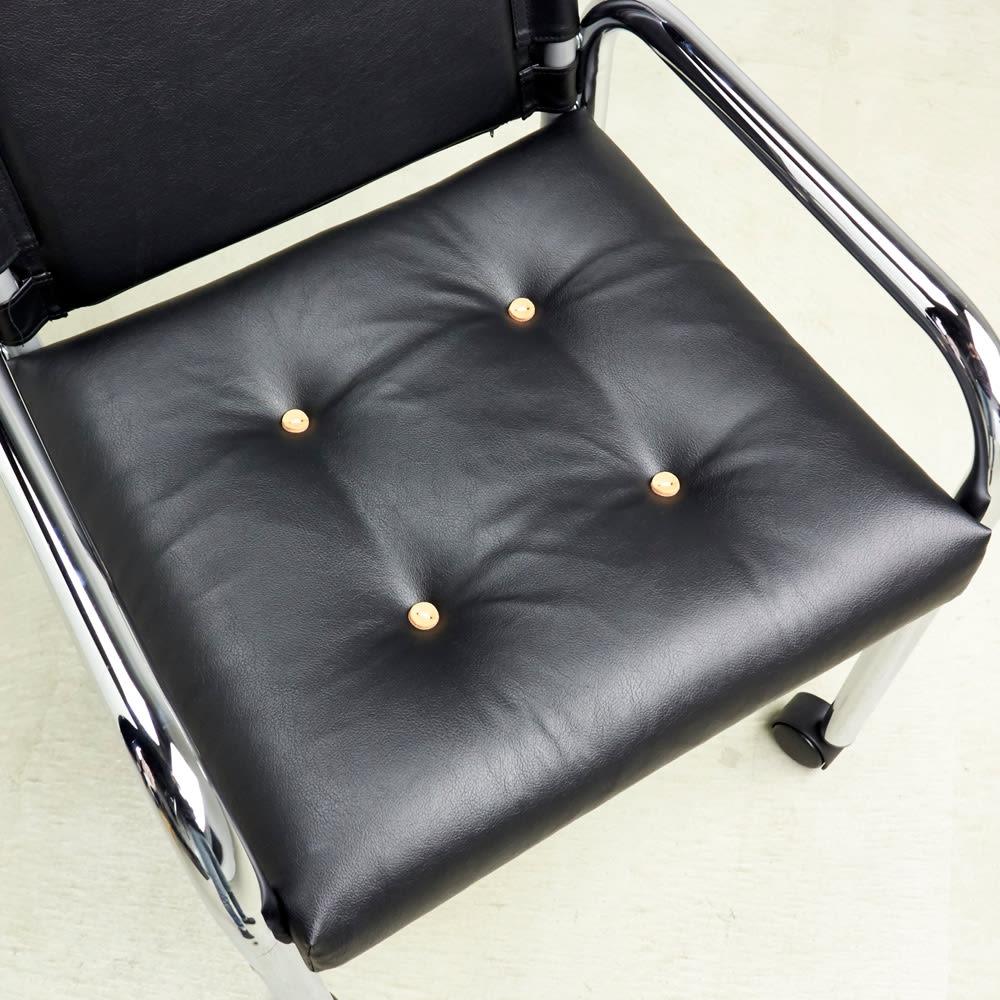 innovator/イノベーター キャプテンチェアHERITAGEモデル 人工皮革メッキフレーム ふっくらとした厚みのある座面が、カジュアルなリラックス空間を演出します。