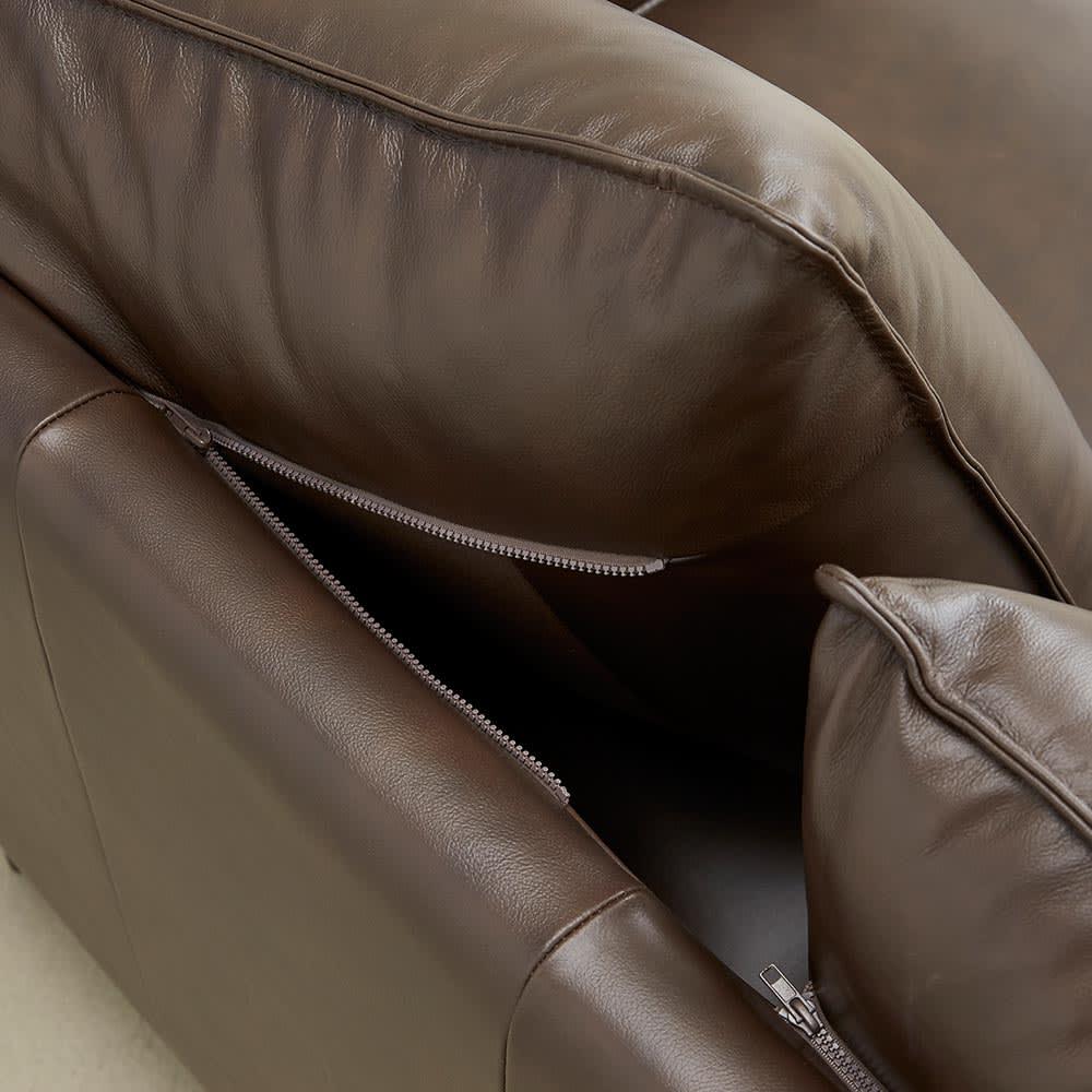 Maukasta/マウカスタ 総革張りレザーソファ 2人掛け 背クッションの上部はファスナーで固定されています。