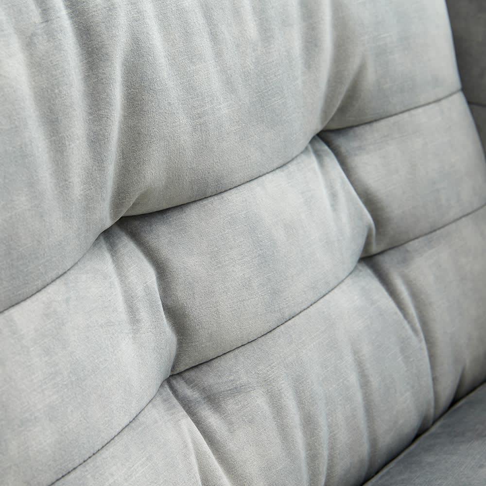 klassine/クラシネ スチールデザインソファ 2.5人掛け 背もたれ部分アップ タフティングの縫製は丁寧に施されています。