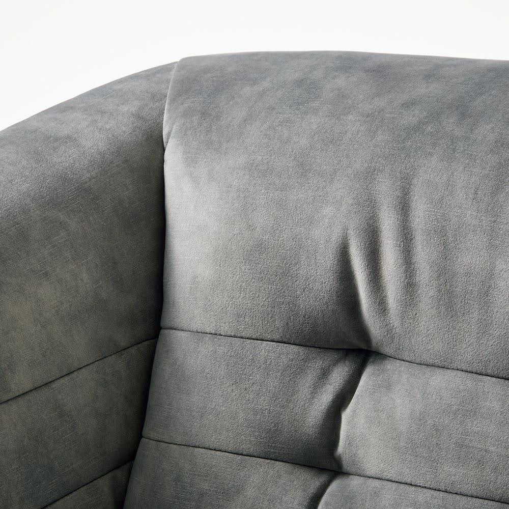 klassine/クラシネ スチールデザインソファ 2.5人掛け 背もたれの縫製はタフティングで存在感があります。