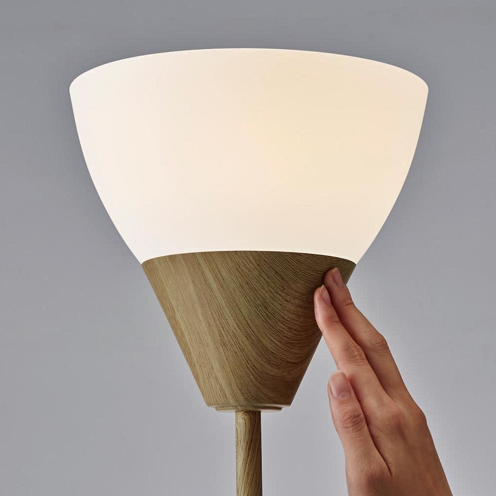 タッチセンサーフロアライト 木目調 シェード以外の台座・支柱どの部分に触れても光色が変えられます。