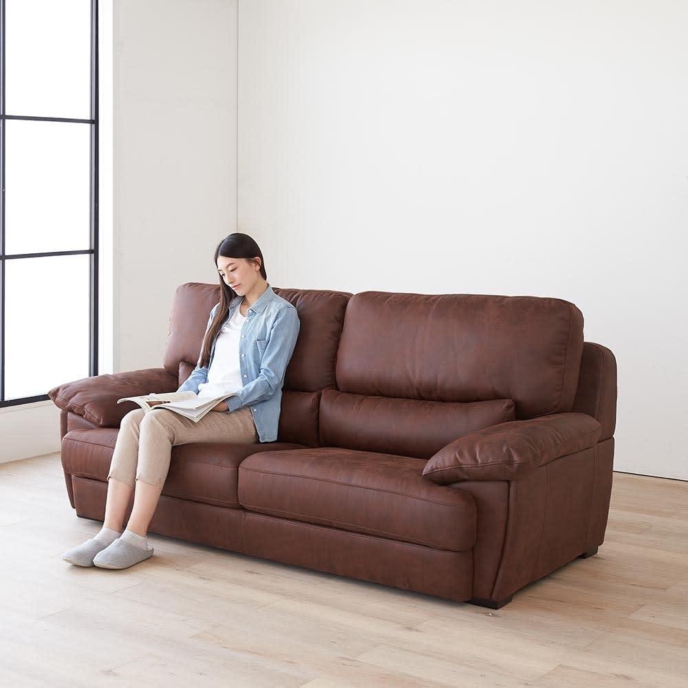 Suklaa/スカラー レザー調ソファ 3人掛け 奥まで腰掛けると、包み込まれるような座り心地のソファです。