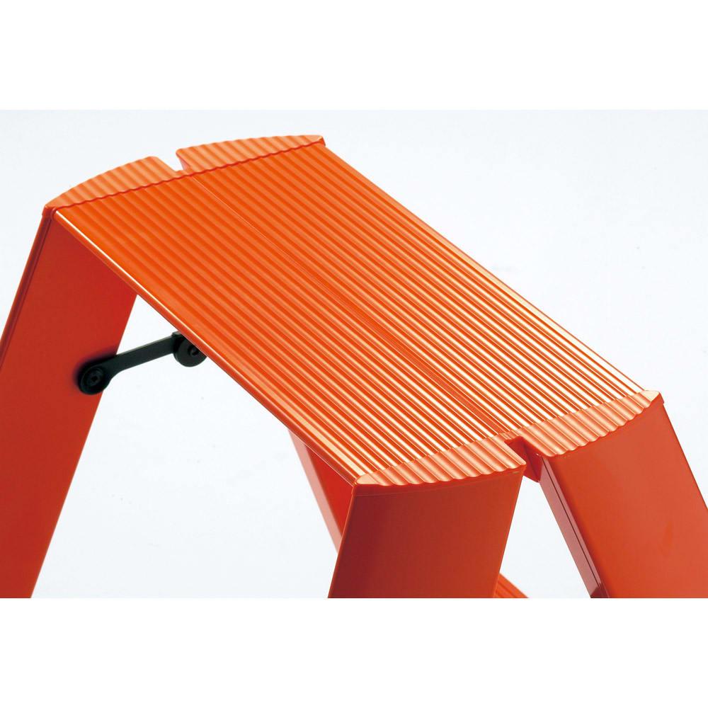 METAPHYS/メタフィス アルミステップ「ルカーノ」 3段 オレンジ 広げればしっかり安定感があり、ワンタッチバーにより簡単に折りたたみできます。ステップ部には滑り止めの溝が刻まれた安全設計。