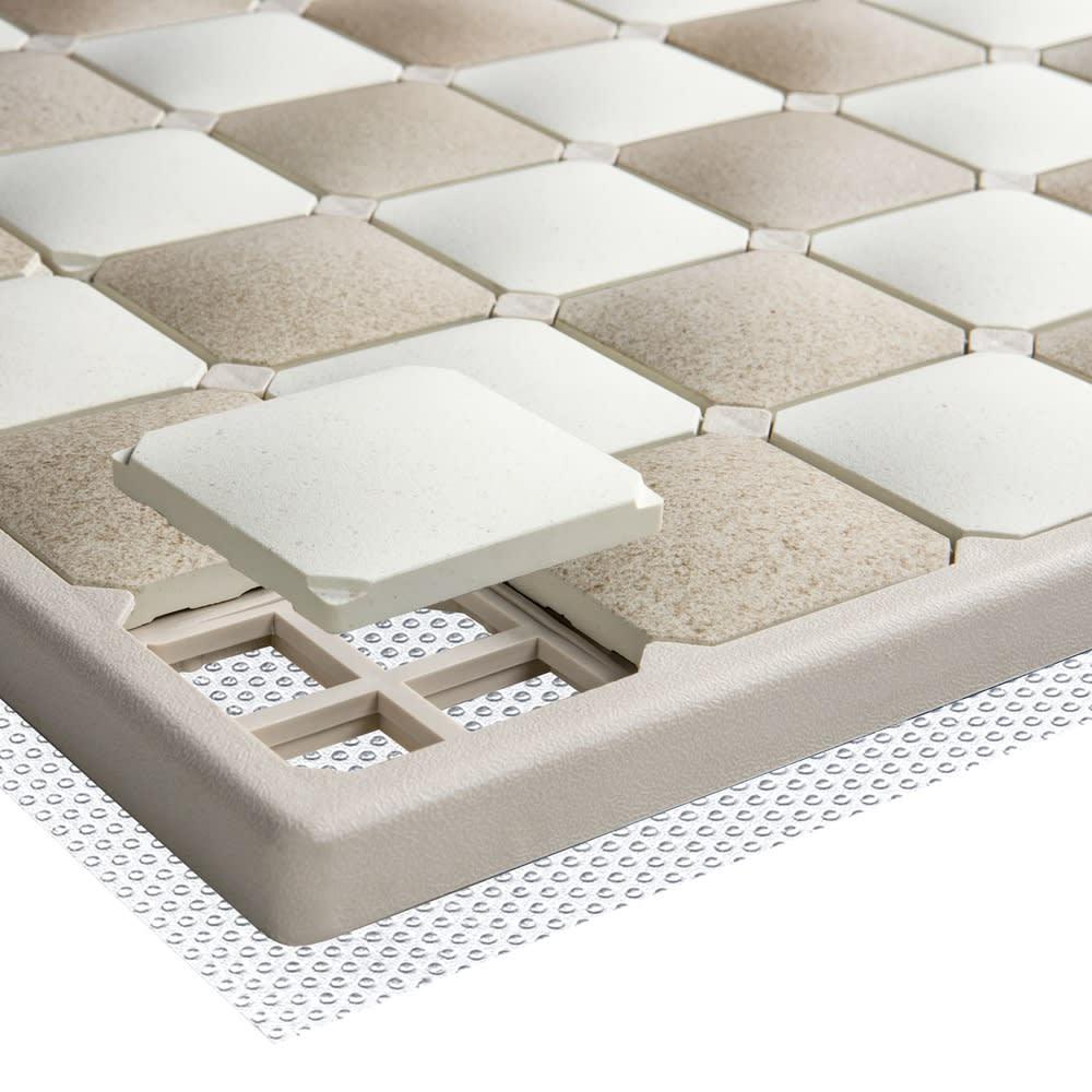 karari/カラリ タイル 珪藻土バスマット フレームは空気の通り道を確保し、より早く乾かせる構造になっています。