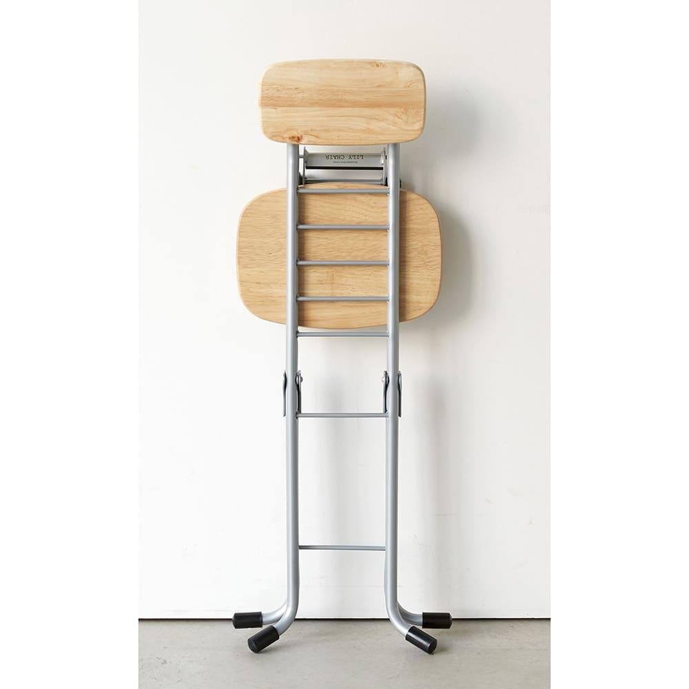 高さが変えられるサポートチェア 折り畳み時の厚みはわずか13cmなので、キッチンやクローゼットのわずかなすき間にしまえます。
