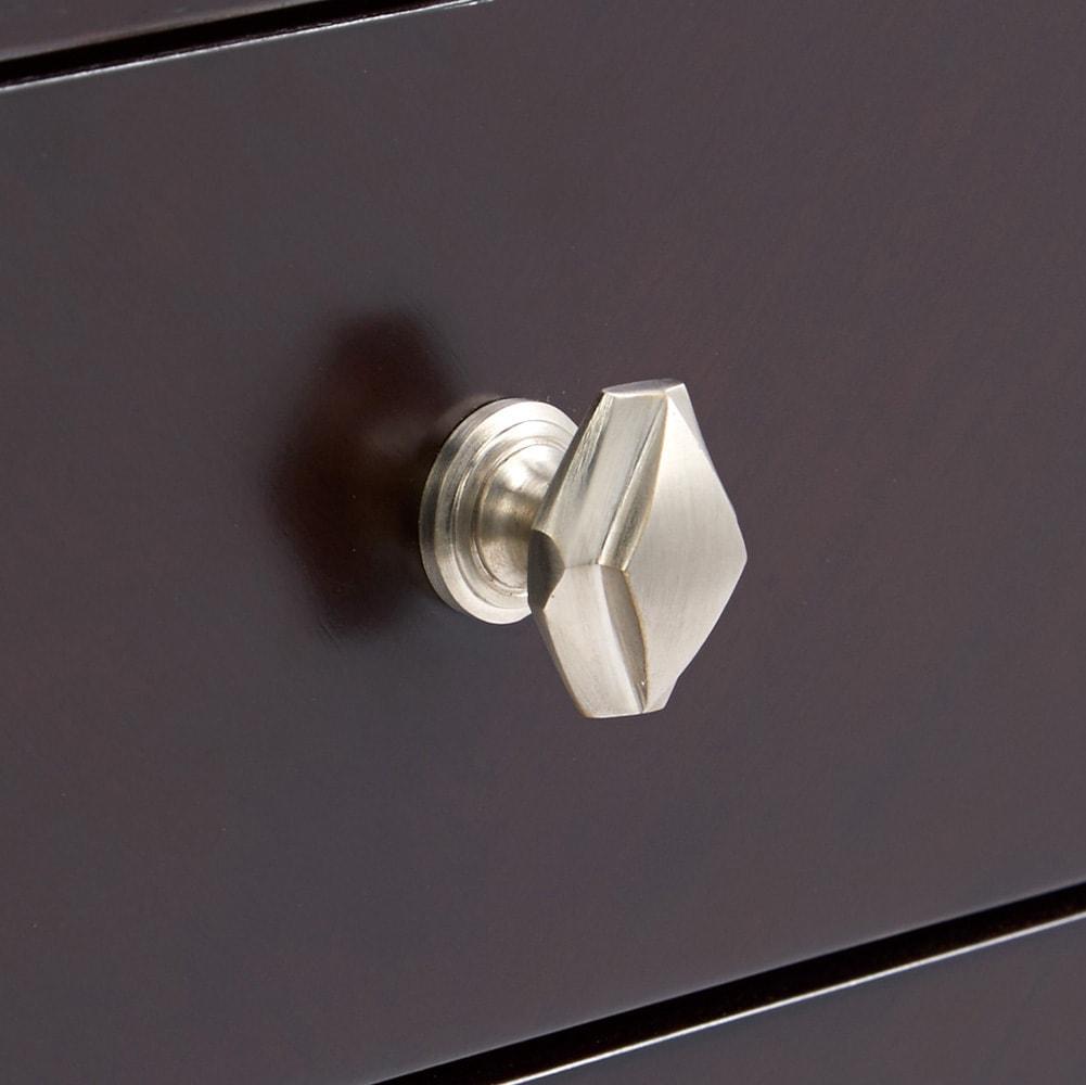Crea/クレア スリム収納 オープンシェルフラック幅40cm 彫り装飾を施したモダンな取っ手を採用。金属製の取っ手で上品な仕上がりで、クラシックなお部屋にも調和します。