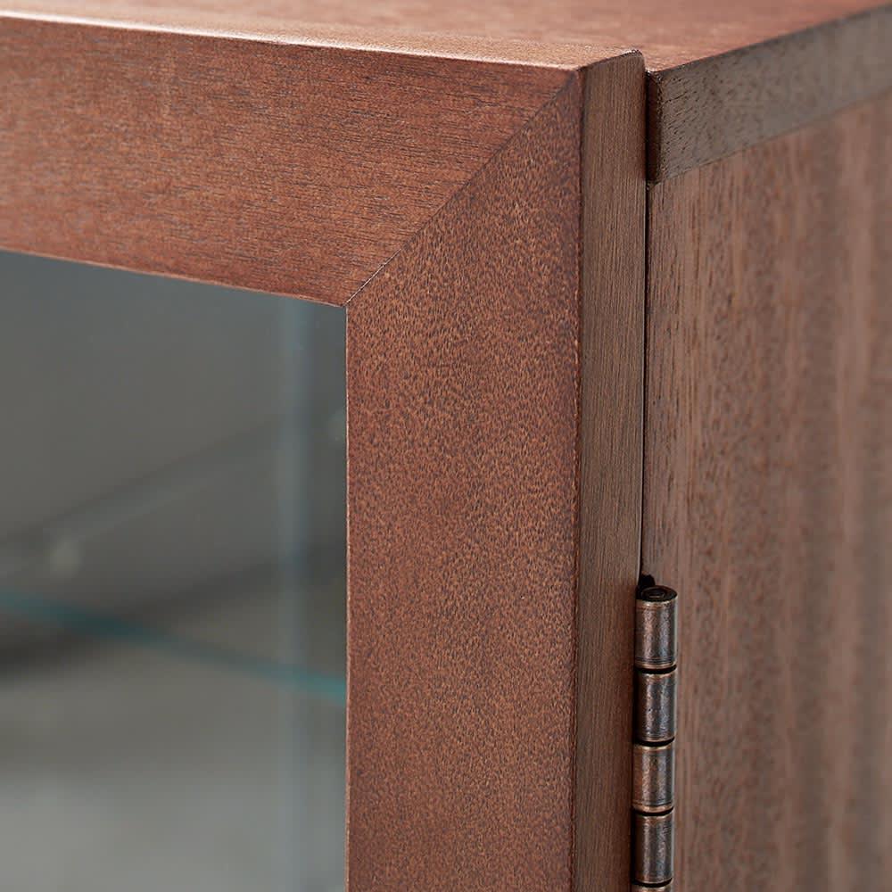 Rigel/リーゲル LEDライト付きコンパクトキュリオケース 全面のガラス窓はスリムな天然木フレームを採用。外寸サイズはコンパクトでも、中を大きく広く見せます。