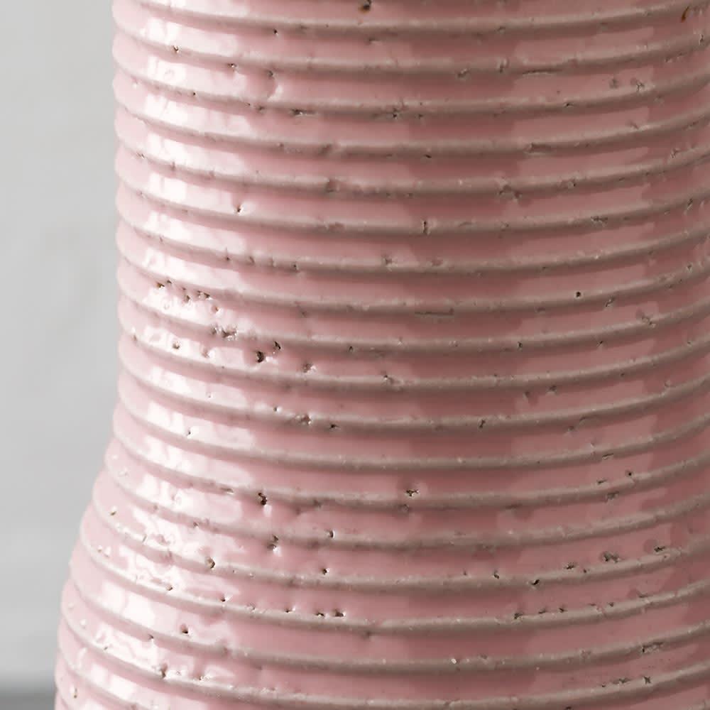 有田焼傘立て BOTTLES/ボトルズ 磁器の質感がより一層引き立つ釉薬を、丁寧に均一に揃えられた凹凸感が美しく際立ちます。