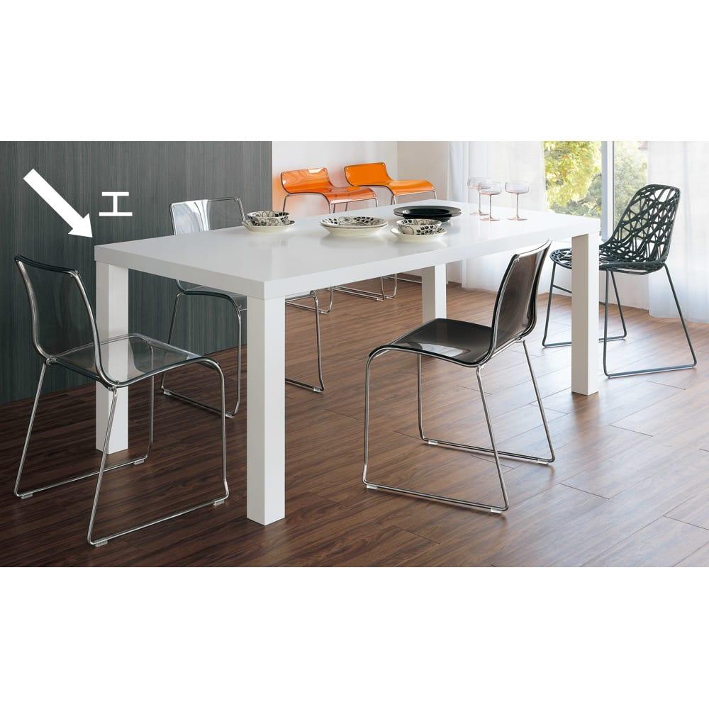 Multi マルチダイニングテーブル ウッドレッグタイプ 幅200cm コーディネート例:ホワイト 広い表面材を貼り、複数回もの丁寧な塗装を施されるホワイト。