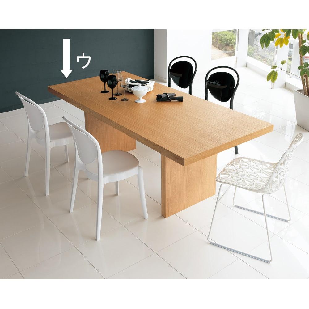 Multi マルチダイニングテーブル パネルレッグタイプ 幅180cm コーディネート例:ナチュラル お誕生日席には印象的なデザインのチェアをコーディネート。写真は幅200cmタイプ。