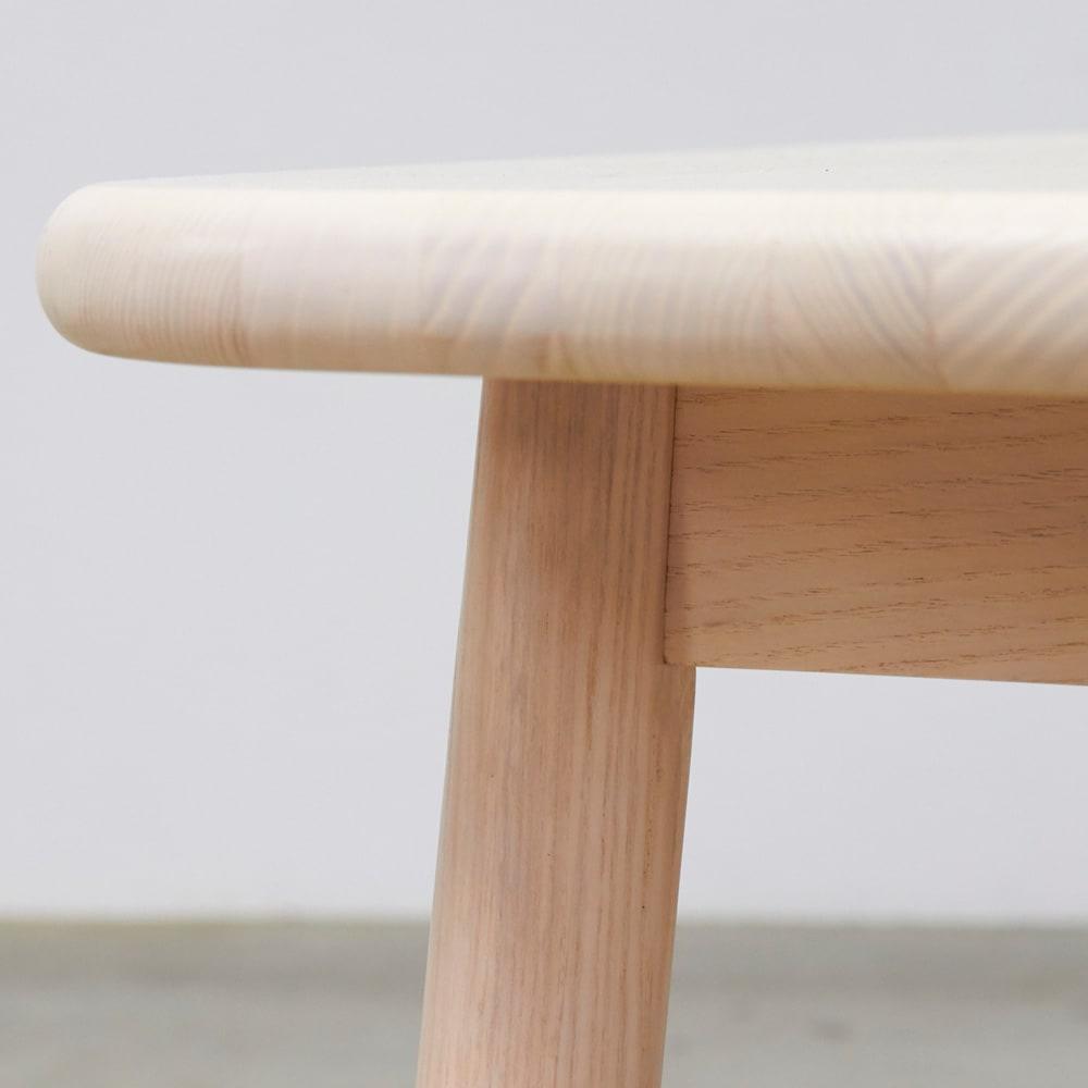 Ridge/リッジ ダイニングセット 天然木長方形テーブル5点セット 天板のフチも丸く仕上げ、手触りも滑らかで優しい風合いに。たっぷり厚みのある28mmの板を使用することで、無垢材ならではの丸いカーブが引き立つ仕上がりに。
