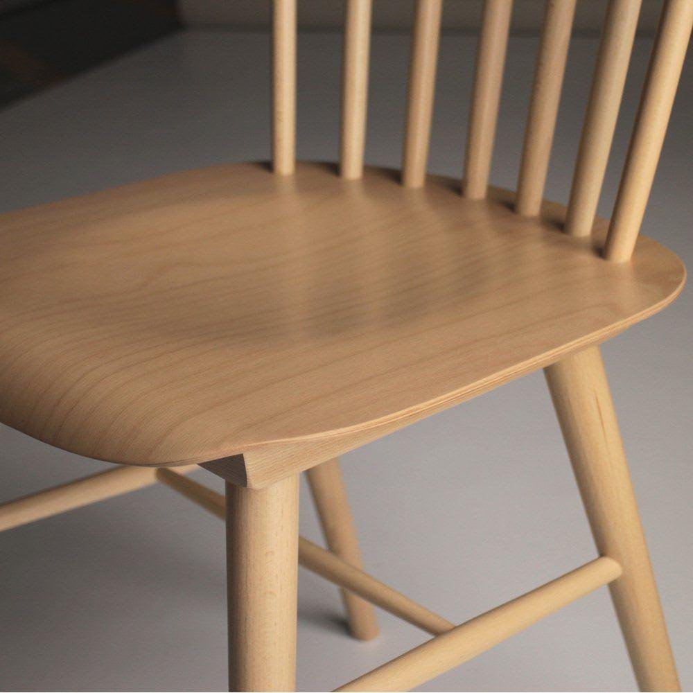 ウィンザーチェア(ベーシックカラー)曲げ木ダイニングチェア[チェコ・TON社] くぼみの形に成型した座面。これだけですわり心地が格段に良くなっています。