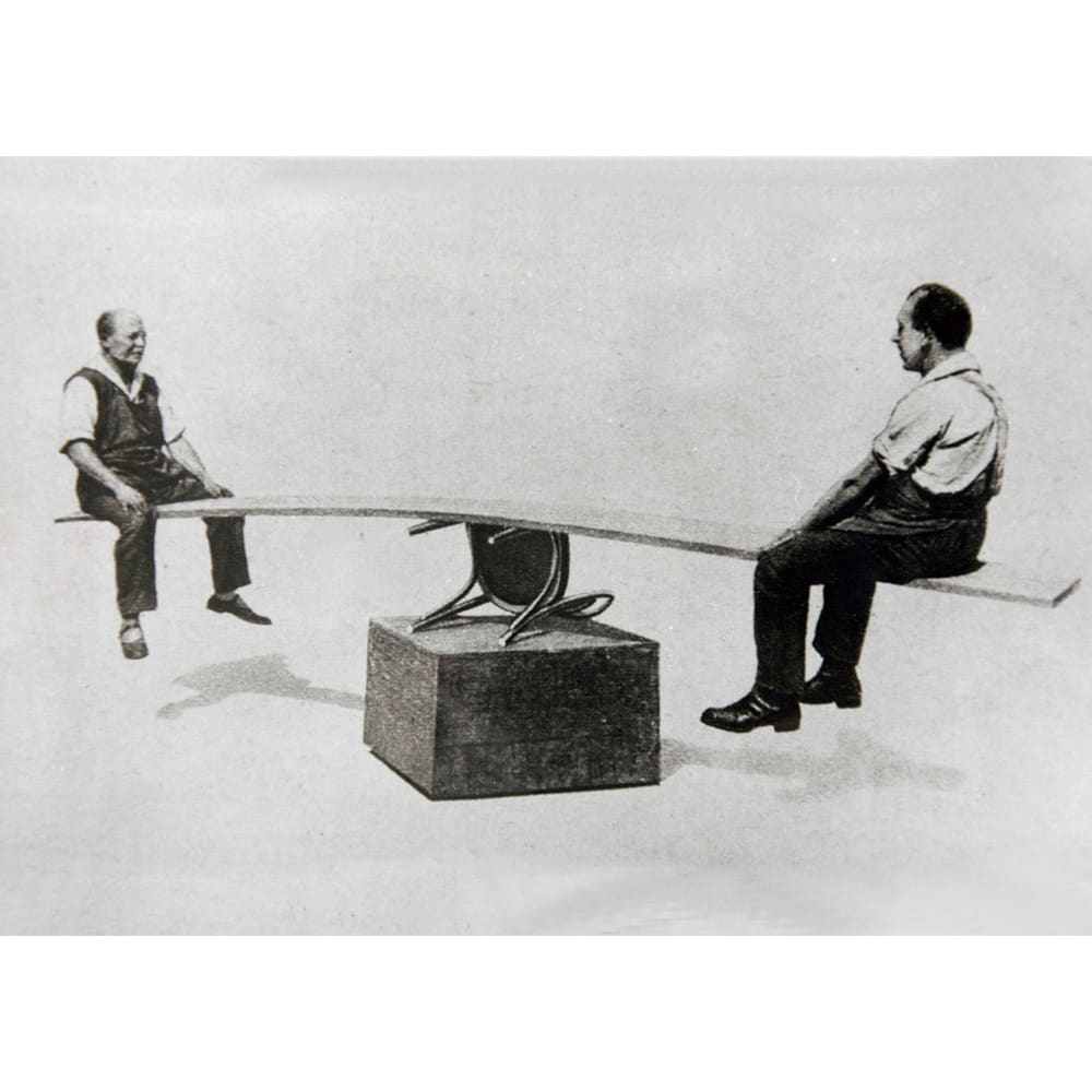 No.18 曲げ木ダイニングチェア(ベーシックカラー) [チェコTON社製] 1900年代の広告に掲載された、曲げ木チェアの丈夫さを証明する写真。