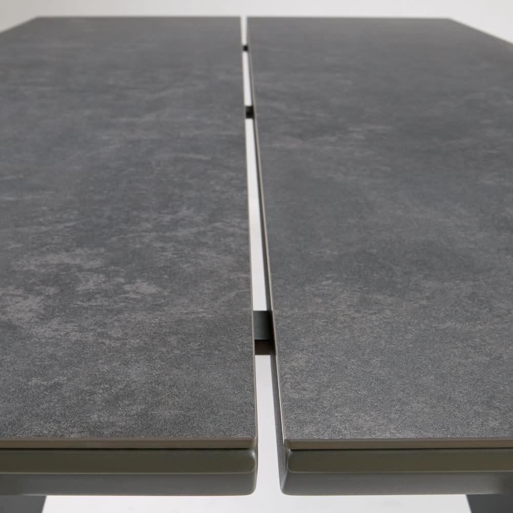 セラミックトップ ダイニングシリーズ ダイニングテーブル 幅165cm 天板の中央はスリット入り。ストーン調の天板にアクセントと抜けを与え、引き締まったデザインに。