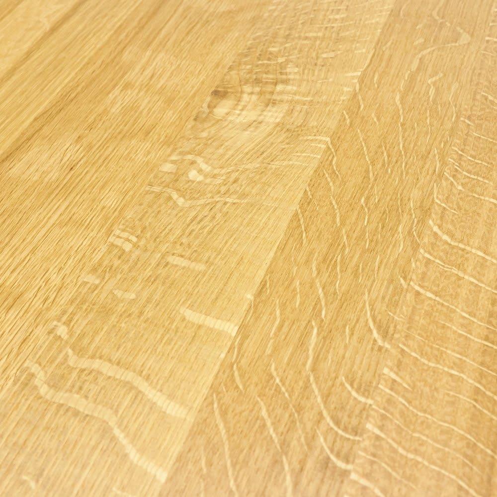 オーク無垢材ダイニングテーブル 幅130cm Luomu/ルオム 天然オークの証。オーク材の柾目に現れるきれいな虎斑(とらふ)は、水分や栄養を吸い上げた導管の模様です。
