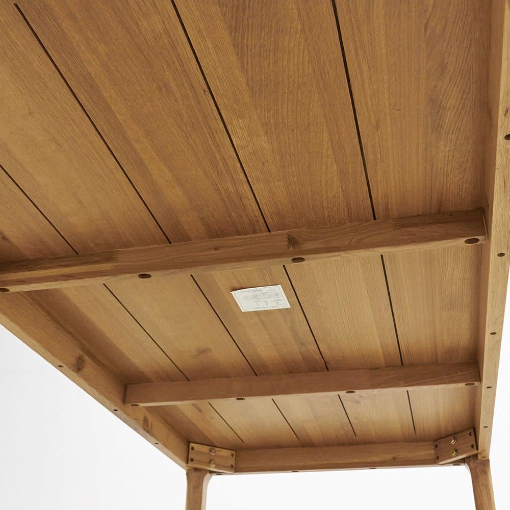 オーク無垢材ダイニングテーブル 幅130cm Luomu/ルオム 天板裏の溝は、長い年月でも天板を反りにくするための加工です。