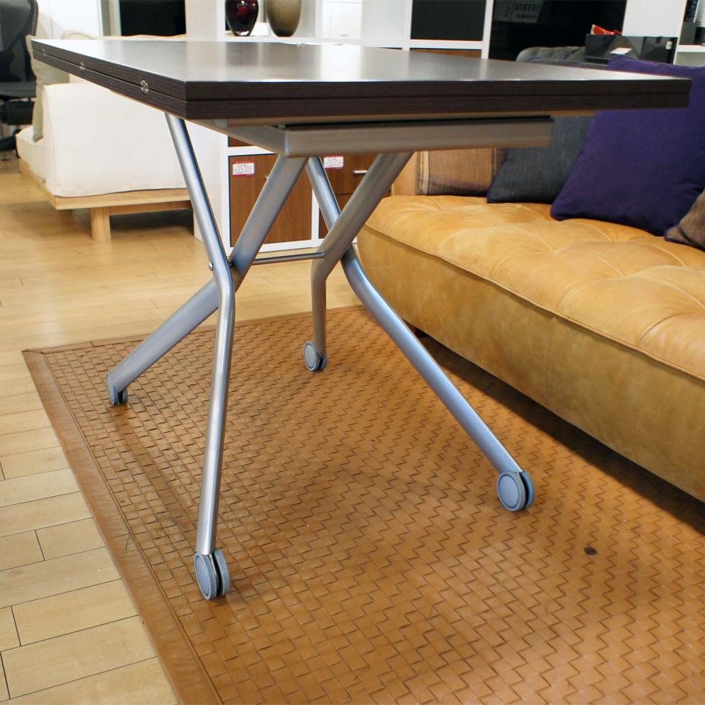 Lift-Up リフトアップ イタリア製昇降エクステンションテーブル[昇降式・伸長式・キャスター付き] 高さを最大の76cmにしてみました。座部の高いダイニングチェアにも対応可能です。 ハウススタイリング吉祥寺にて撮影(2012年10月23日)