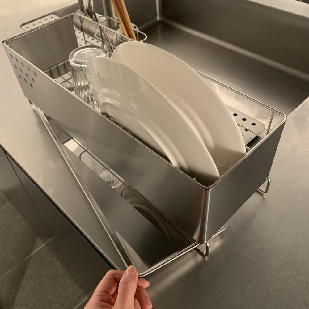 ステンレス製 隠せる スリム 水切りかご 箸立て付き 水受け用のトレーがあるので、シンクから離れた場所にも設置可能です