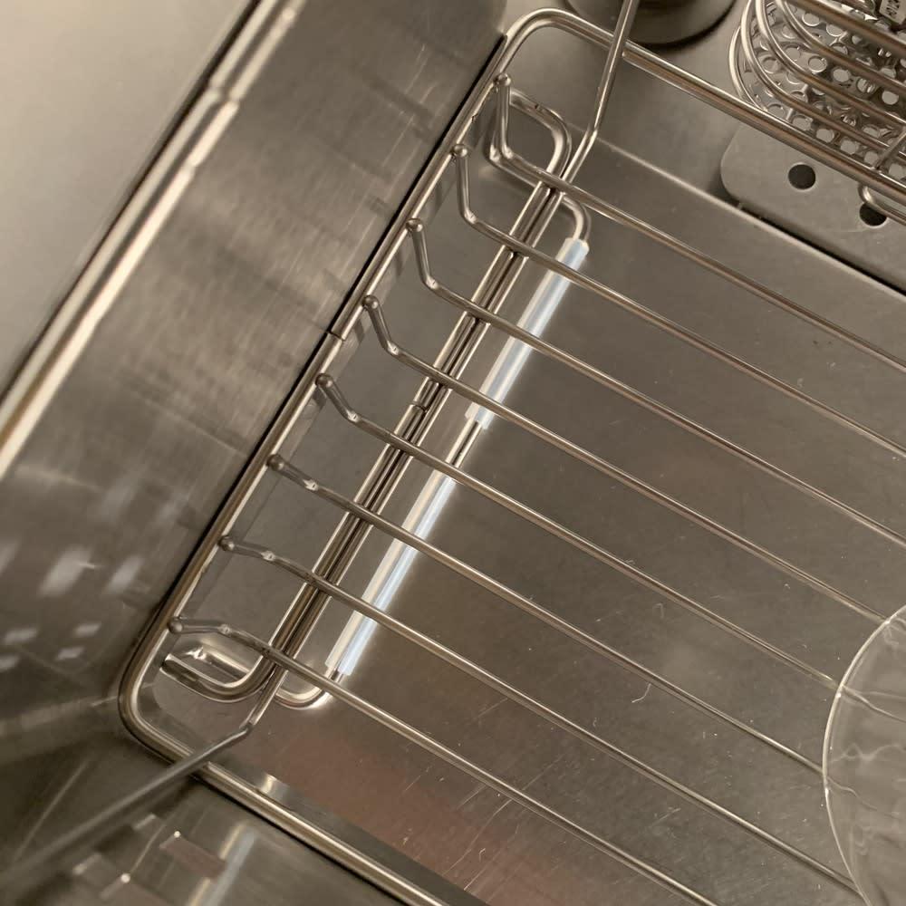 ステンレス製 隠せる スリム 水切りかご 箸立て付き お皿が立てて収納できるよう、底の部分はワイヤー仕様になっています