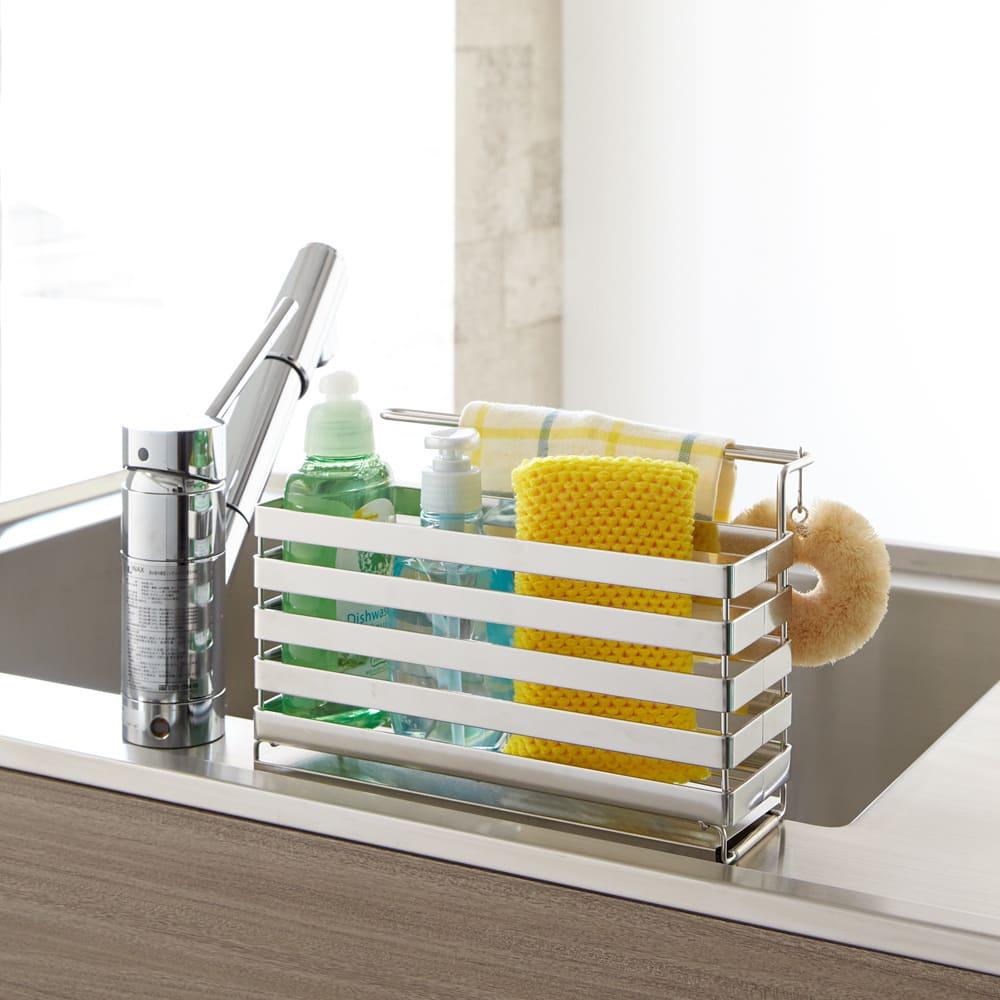 流れるトレー付き 洗剤スポンジラック(ふきん掛け付き) (ア)ステンレス 目につくスポンジや洗剤を隠してすっきりとしたキッチンに。