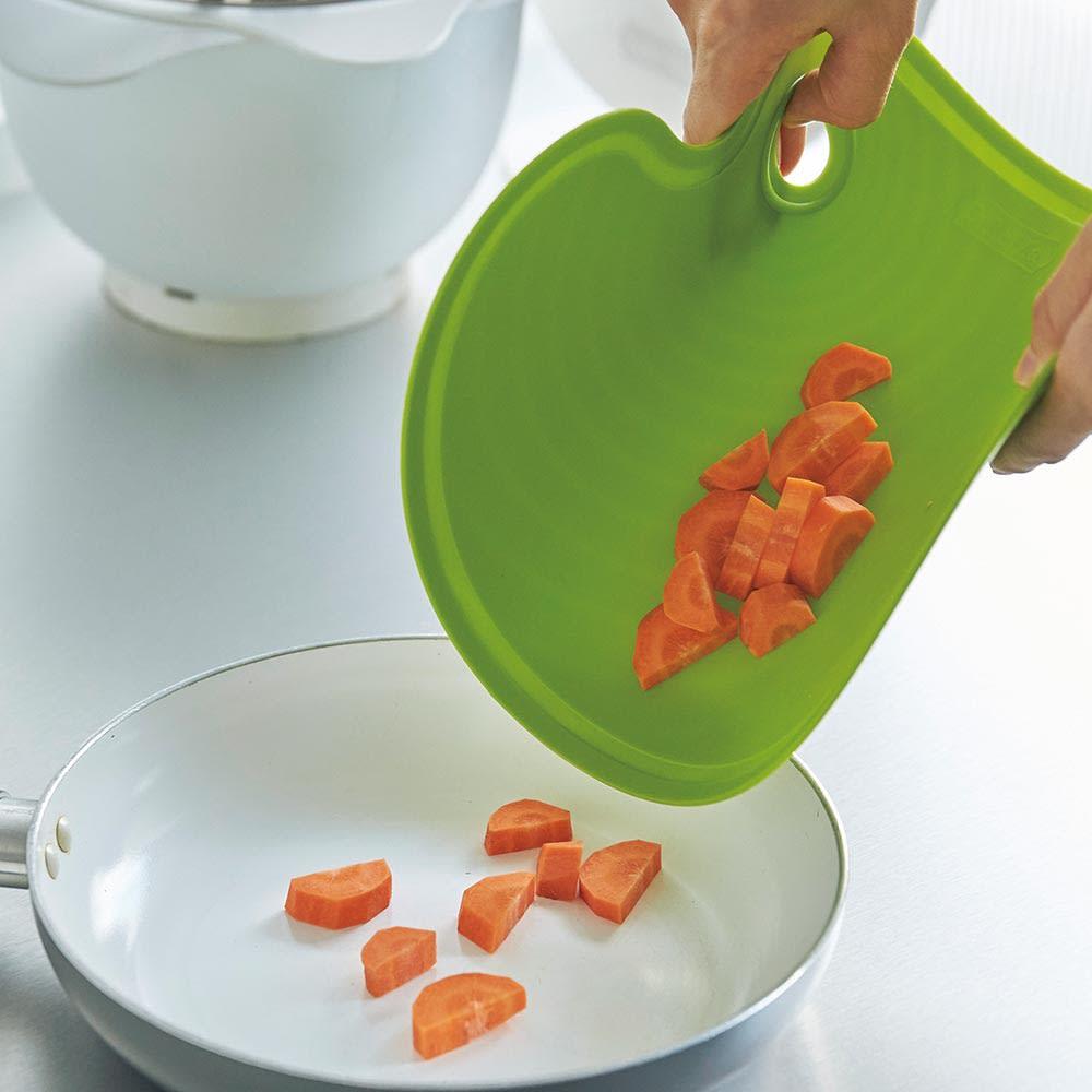 エッグ型 スタンド付き 抗菌まな板 柔らかく簡単に曲がるので、切った食材を直接なべやフライパンに投入するのもラク