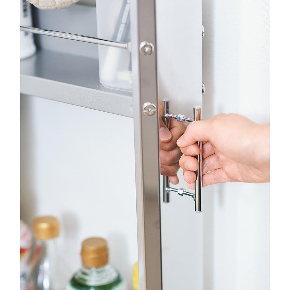ステンレス製キッチンすき間収納ワゴン ロータイプ(高さ84cm) 幅20奥行61cm 取っ手付きなので、収納スペースからの出し入れや移動も楽に行えます。