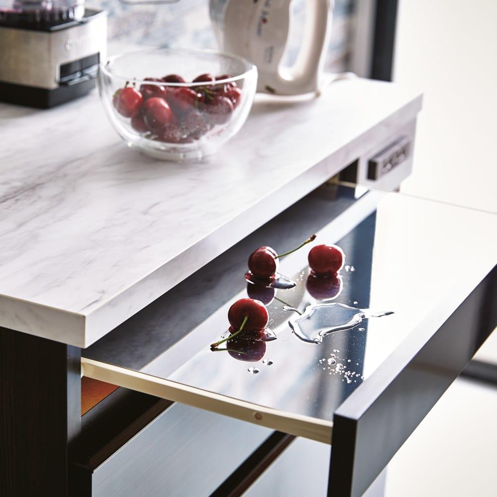 Formo/フォルモ 大理石調 ゴミ箱付きカウンター 3分別 天板は美しい大理石調メラミンで、スライドテーブルはステンレス貼りで奥行29.5cm。熱や汚れに強いので、調理台として活躍します。
