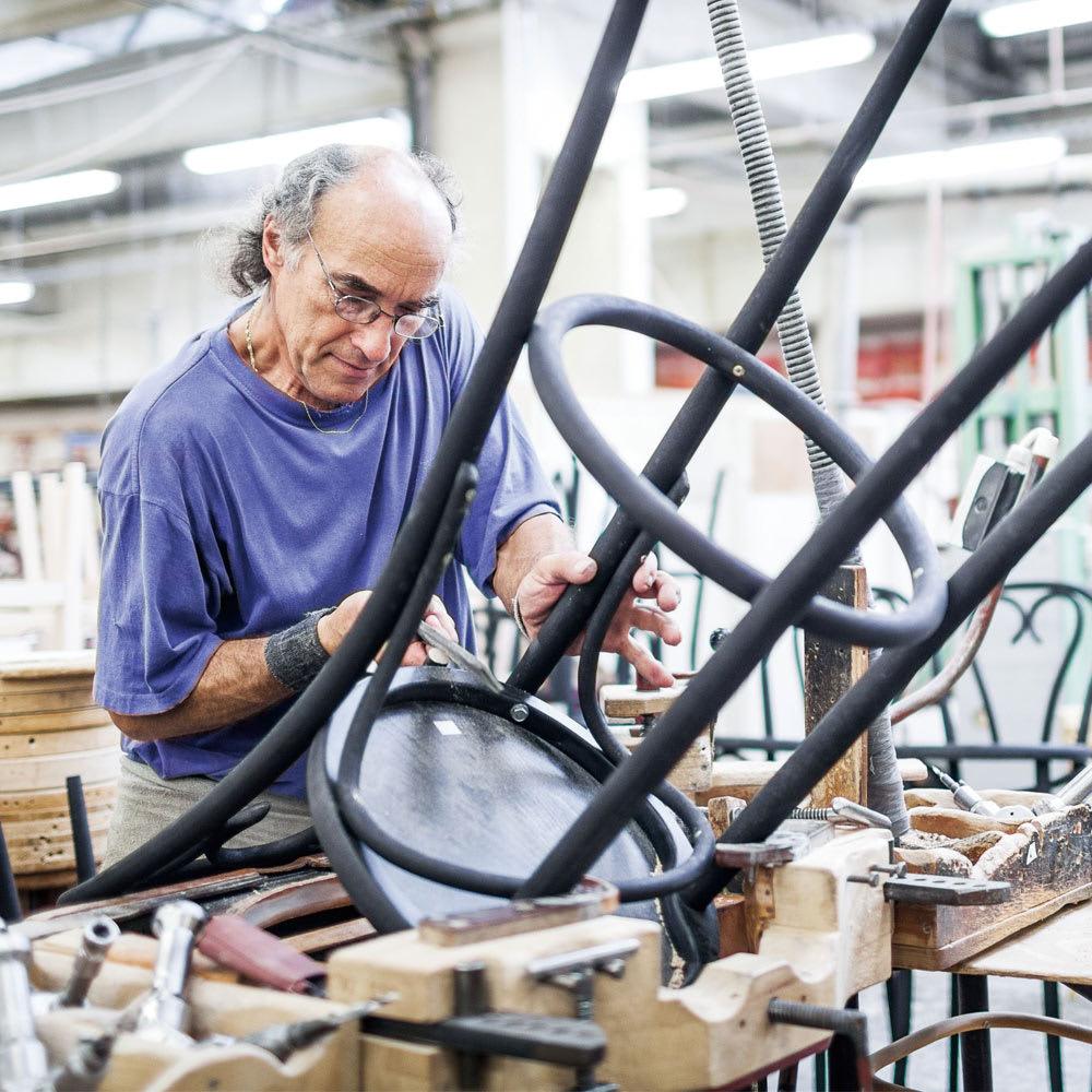 No.18 カウンターチェア 曲げ木天然木ハイスツール [TON・トン] ミヒャエルが発明した画期的な「曲げ木技法」は、今も職人たちに受け継がれています。