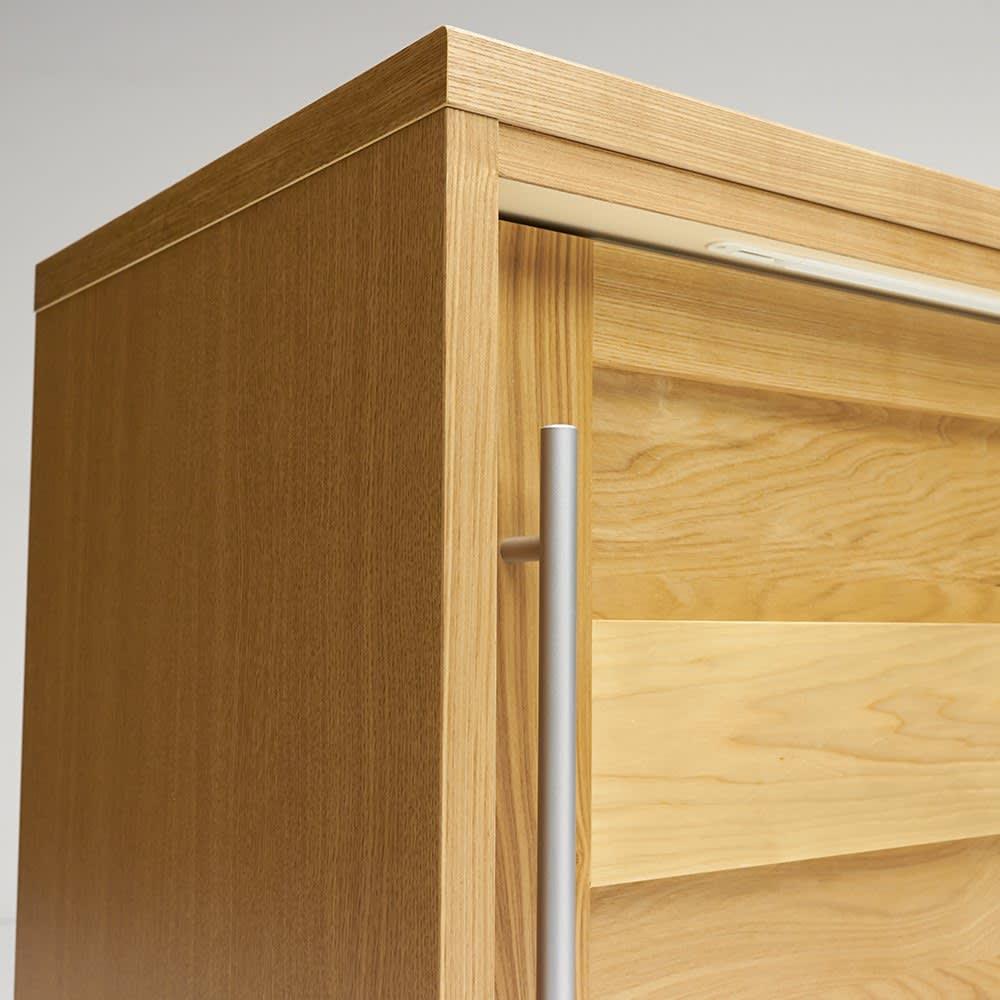 NexII ネックス2 天然木キッチン収納 カウンター 幅160cm ほっそりとした取っ手は縦に長く、デザイン的に美しいだけでなく、つかみやすい利便性の面も優秀。
