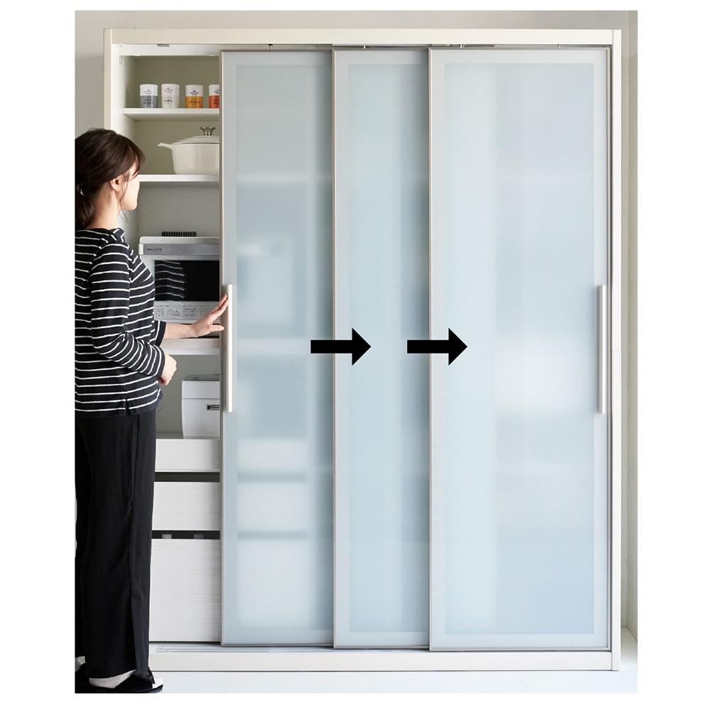 Glisse/グリッセ 連動引き戸ダイニングボード 幅161cm 3枚の扉は連動しているので、一つの動きでスムーズに開閉。見た目もすっきりです。