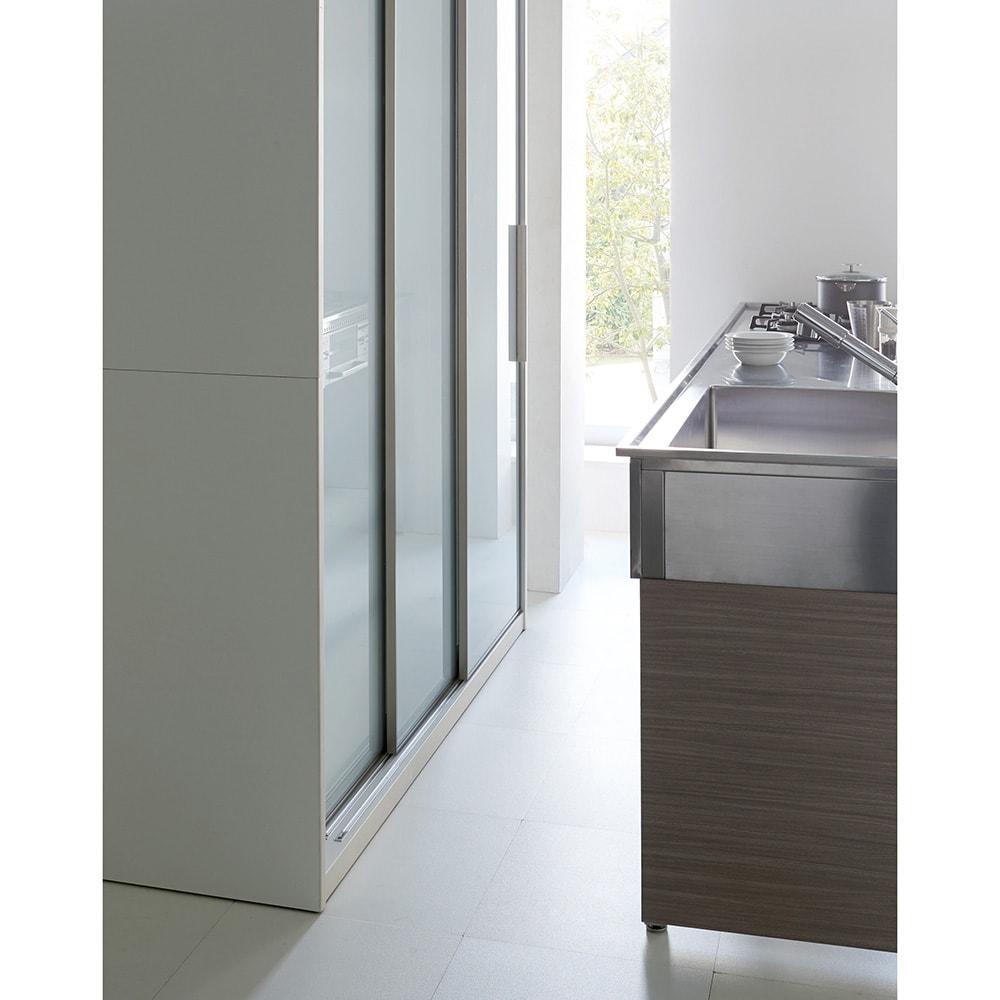 Glisse/グリッセ 連動引き戸ダイニングボード 幅161cm 引き戸なので、スペースの限られたキッチンでも開閉に場所をとらずに大量収納ができます。