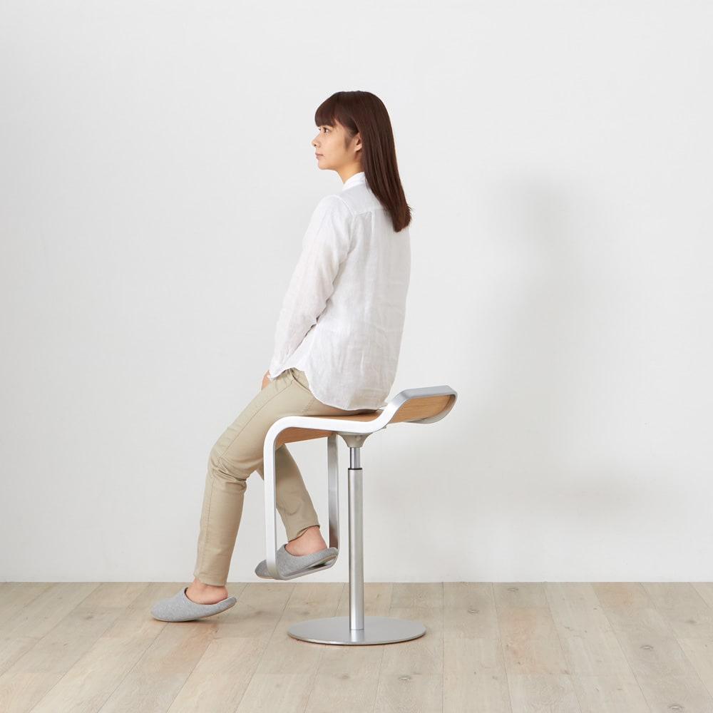 LEM/レム ロースツール [lapalma ラパルマ/デザイン:Tomoko&Shin AZUMI] モデル身長157cm